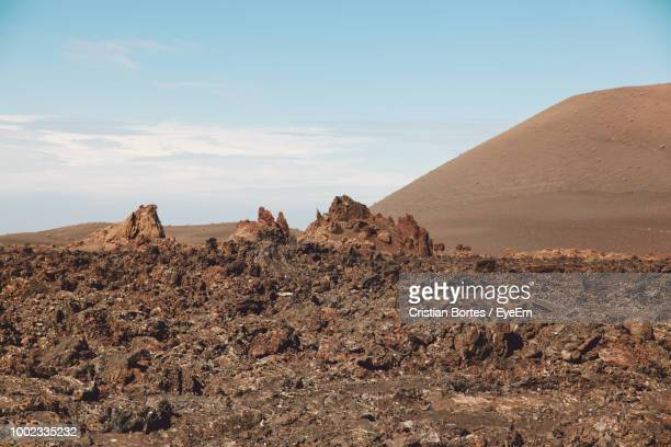 scenic view of desert against sky - bortes stockfoto's en -beelden