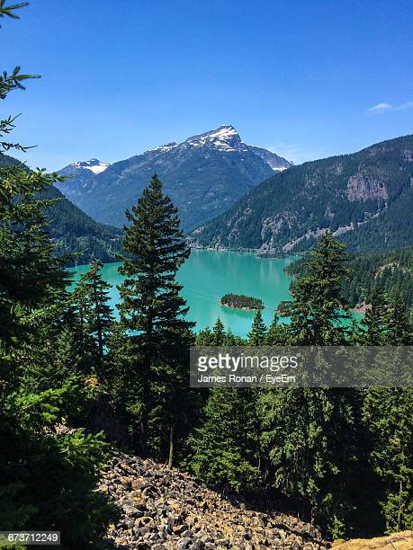 scenic view of diablo lake amidst mountains at north cascades national park - diablo lake imagens e fotografias de stock