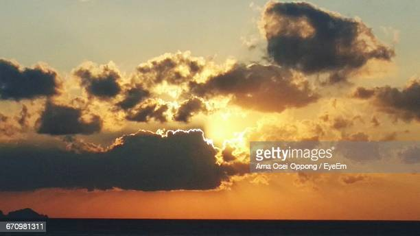 scenic view of dramatic sky during sunset - ver a hora stockfoto's en -beelden