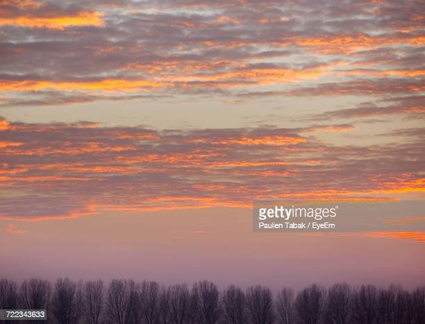 scenic view of dramatic sky during sunset - paulien tabak 個照片及圖片檔