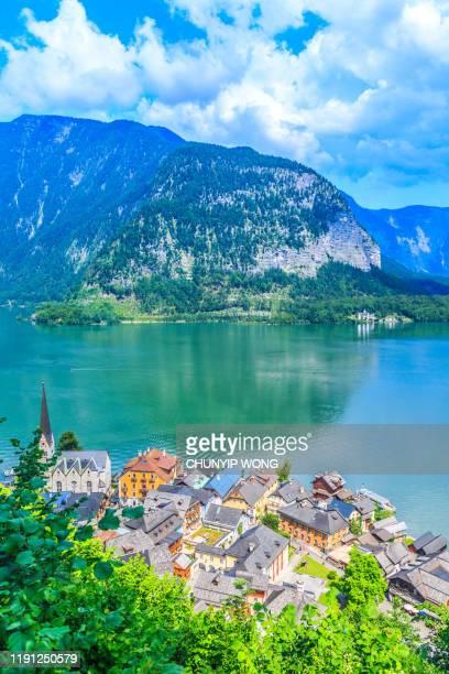 schilderachtig uitzicht op het beroemde hallstatt-bergdorp - hallstatt stockfoto's en -beelden