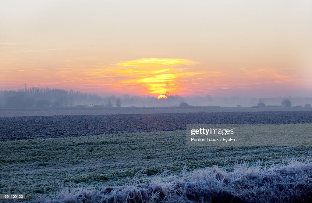 Scenic View Of Field Against Sky During Sunset : Stockfoto