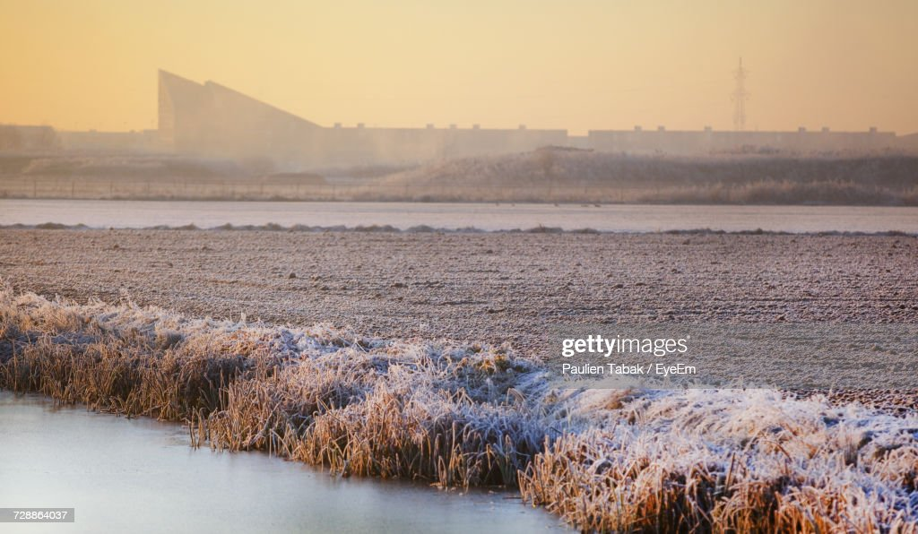 Scenic View Of Field Against Sky During Winter : Stockfoto