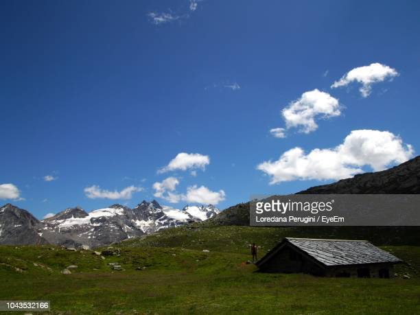 scenic view of green landscape and mountains against sky - loredana perugini fotografías e imágenes de stock
