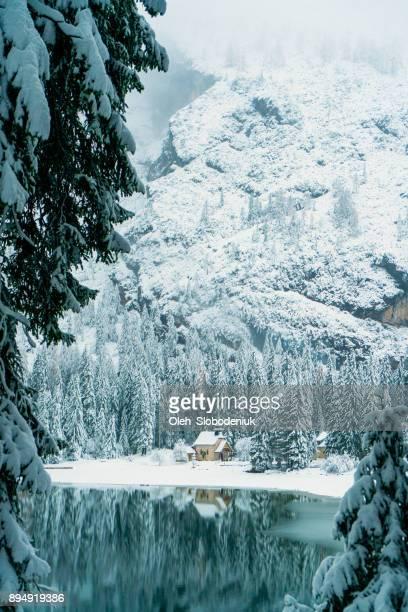 scenic view of lago di braies lake in winter - dolomiti foto e immagini stock
