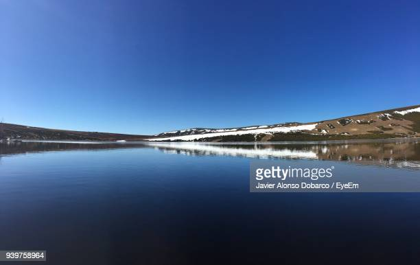 scenic view of lake against clear blue sky - javier alonso fotografías e imágenes de stock