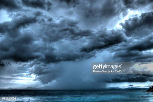 scenic view of lake against cloudy sky - nube temporalesca foto e immagini stock