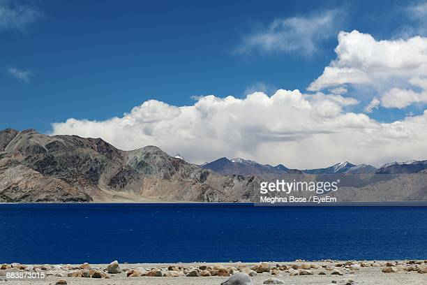 scenic view of lake against mountains and blue sky - endorheic_basin ストックフォトと画像