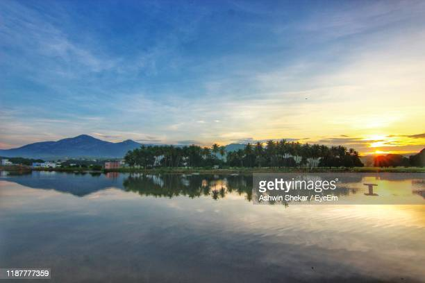 scenic view of lake against sky at sunset - アンドラプラデシュ州 ストックフォトと画像