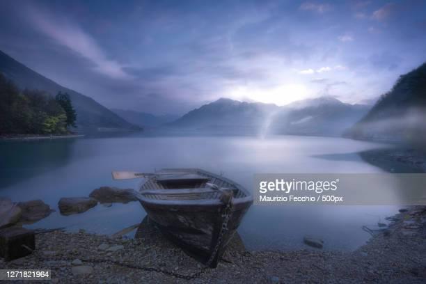 scenic view of lake against sky, belluno, italy - maurizio fecchio foto e immagini stock