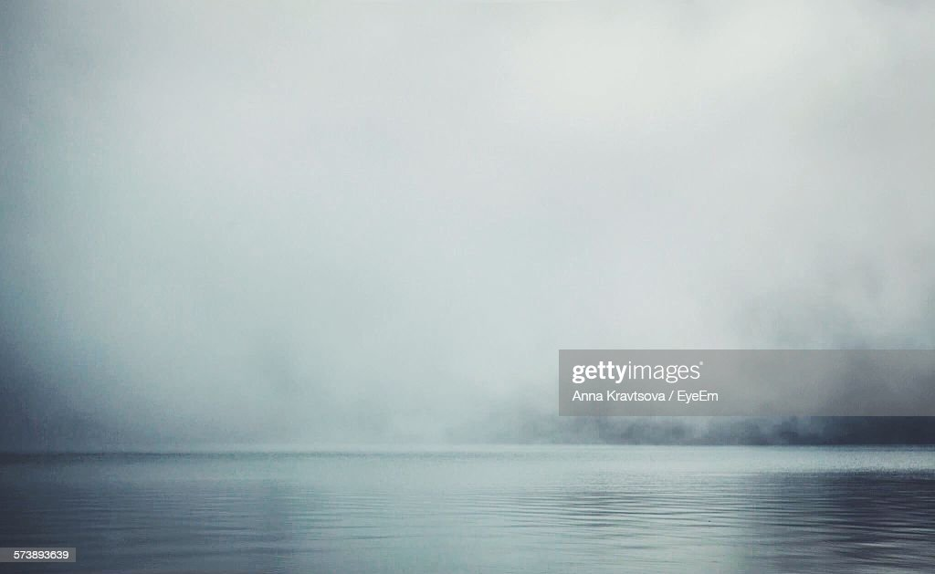Scenic View Of Lake Against Sky During Foggy Weather : Stock-Foto