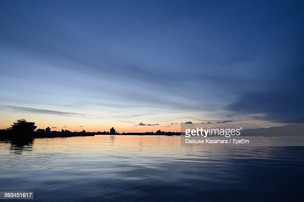 scenic view of lake against sky during sunrise - 新潟県 ストックフォトと画像