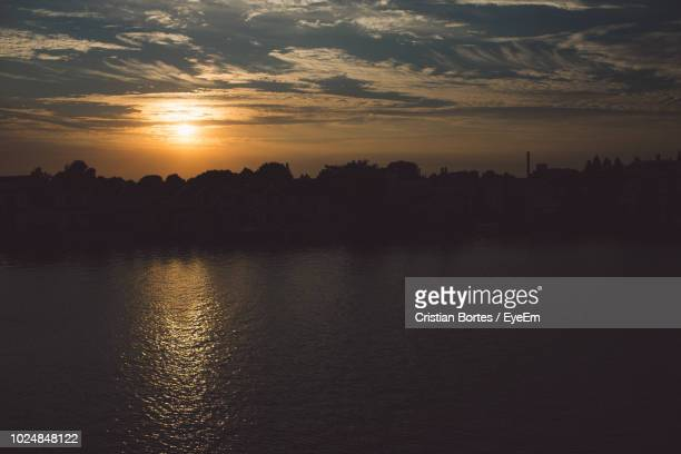 scenic view of lake against sky during sunset - bortes stock-fotos und bilder