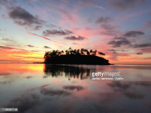 scenic view of lake against sky during sunset - isole cook foto e immagini stock