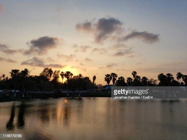 scenic view of lake against sky during sunset - タマウリパス州 ストックフォトと画像