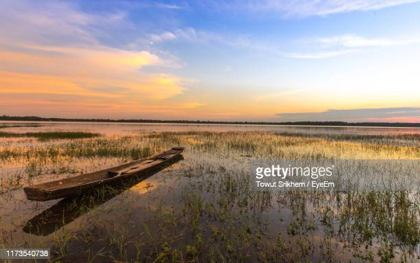 scenic view of lake against sky during sunset - thai mueang photos et images de collection