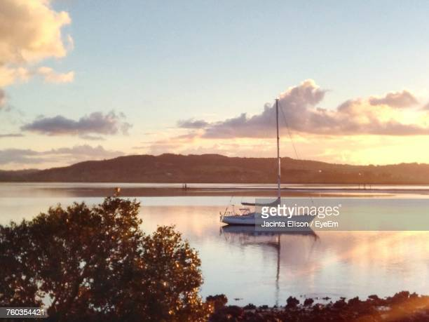 scenic view of lake against sky during sunset - whangarei heads stock-fotos und bilder