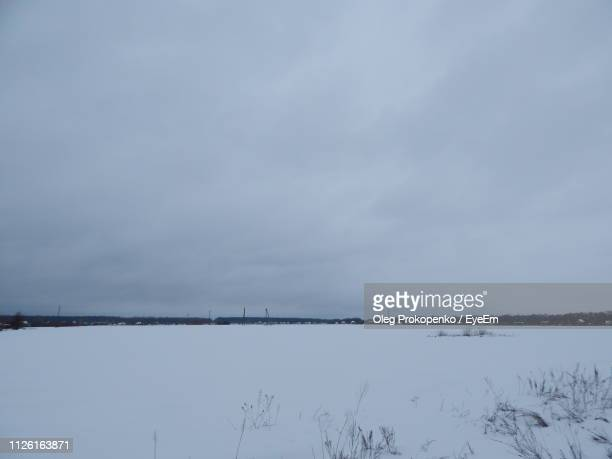 scenic view of lake against sky during winter - {{relatedsearchurl('london eye')}} stock photos and pictures