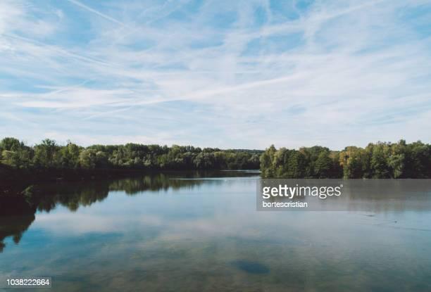 scenic view of lake against sky - bortes fotografías e imágenes de stock