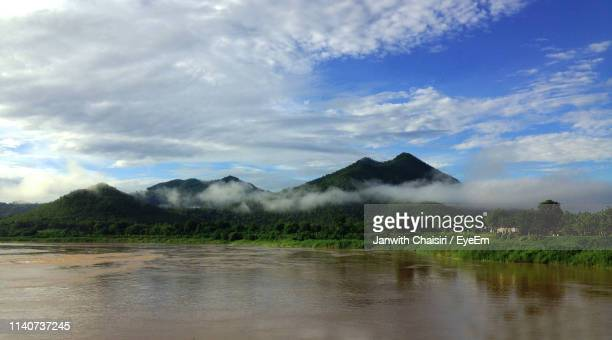 scenic view of lake against sky - thai mueang photos et images de collection