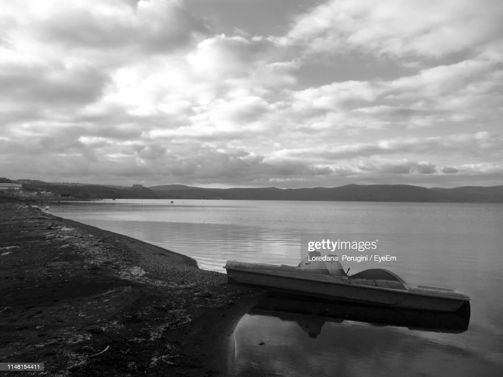 Scenic View Of Lake Against Sky : Foto stock