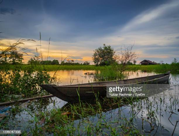 scenic view of lake against sky - central kalimantan stock pictures, royalty-free photos & images