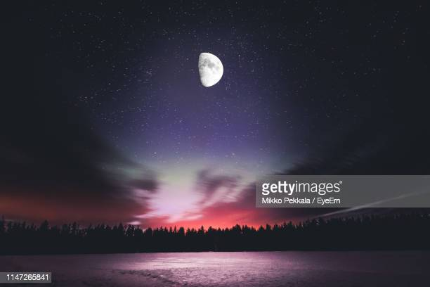 scenic view of lake against star field at night - pleine lune photos et images de collection