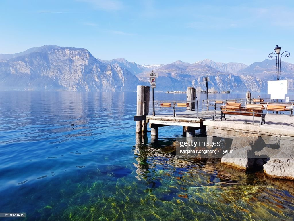 Scenic View Of Lake And Mountain Against Sky : Foto stock