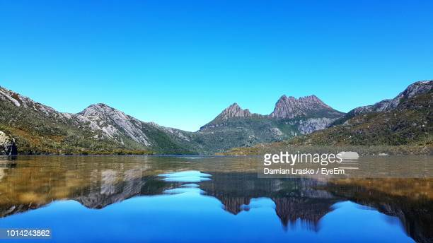 scenic view of lake and mountains against clear blue sky - タスマニア州 ストックフォトと画像