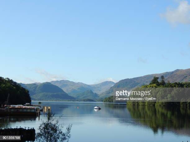 scenic view of lake and mountains against clear blue sky - derwent water - fotografias e filmes do acervo