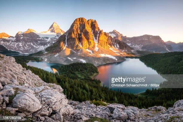 scenic view of lake and mountains against sky during sunset,kanada,canada - kanada photos et images de collection