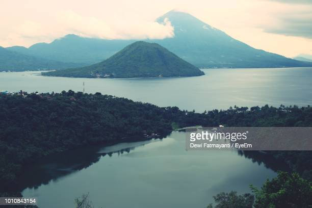 scenic view of lake and mountains against sky - dewi fatmayanti stock photos and pictures