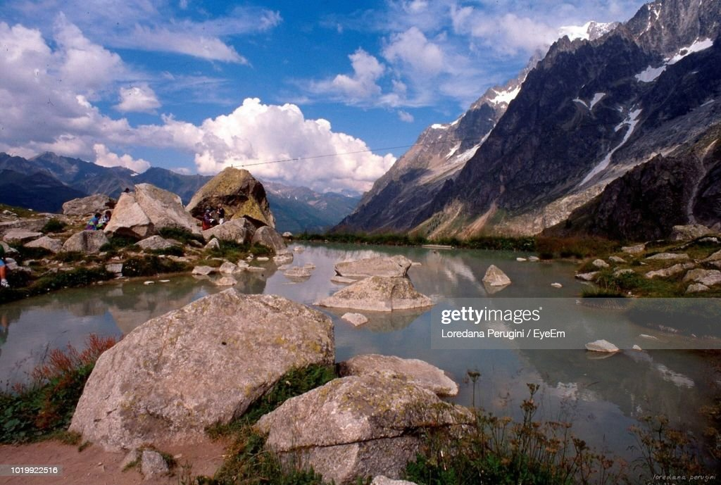 Scenic View Of Lake And Mountains Against Sky : Foto stock