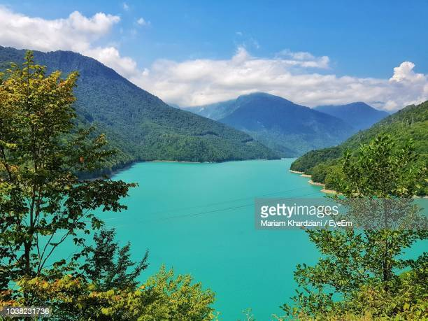 scenic view of lake and mountains against sky - 国 ジョージア ストックフォトと画像