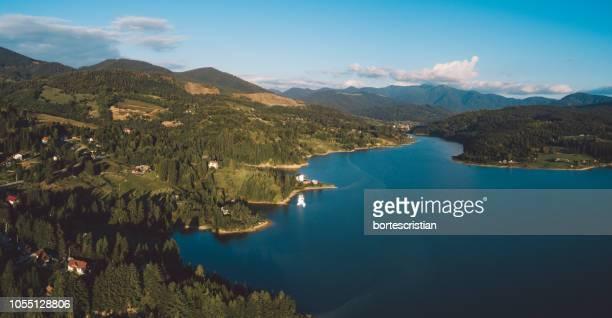 scenic view of lake and mountains against sky - bortes fotografías e imágenes de stock