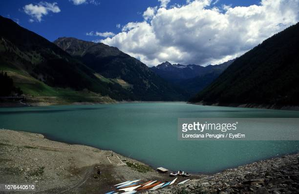 scenic view of lake and mountains against sky - loredana perugini fotografías e imágenes de stock