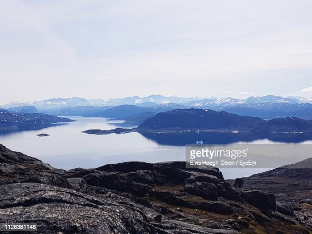 scenic view of lake and mountains against sky - olsen foto e immagini stock