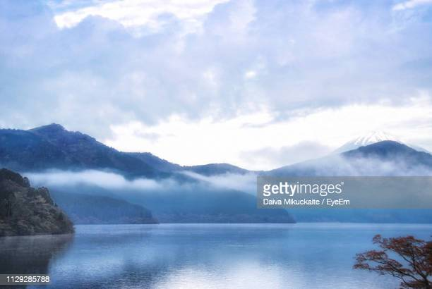 scenic view of lake and mountains against sky - 楽園 ストックフォトと画像
