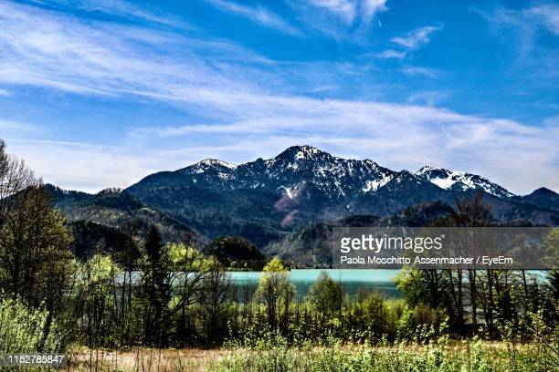scenic view of lake and mountains against sky - paola tedesco foto e immagini stock