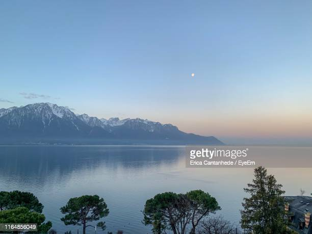 scenic view of lake and mountains against sky - モントルー ストックフォトと画像