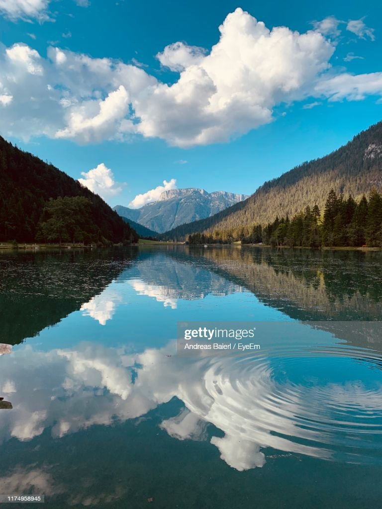 Scenic View Of Lake And Mountains Against Sky : Stockfoto
