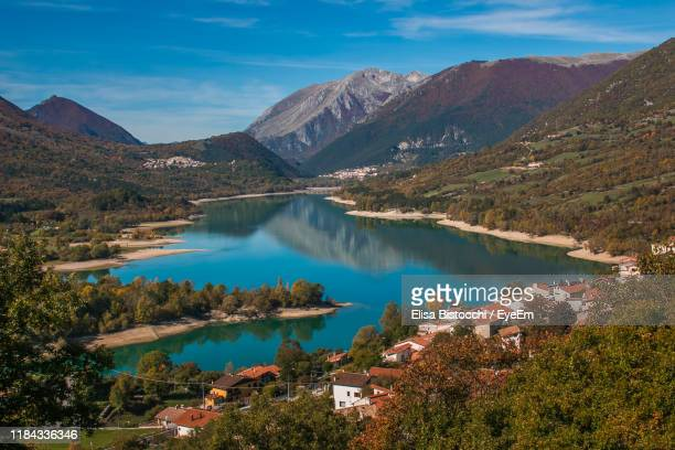 scenic view of lake and mountains against sky - molise foto e immagini stock