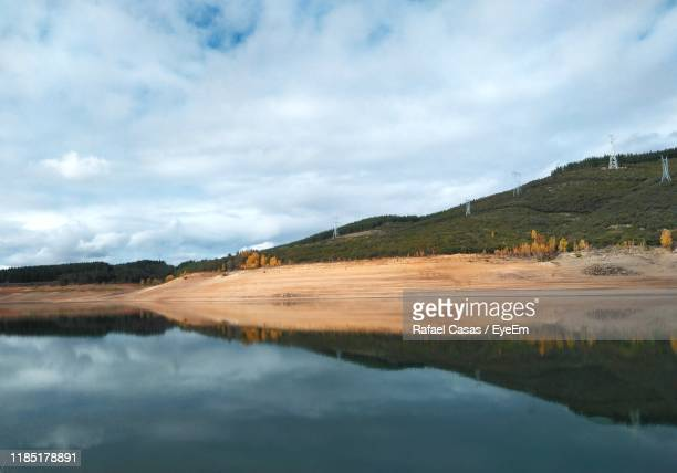 scenic view of lake and mountains against sky - león province spain stock pictures, royalty-free photos & images