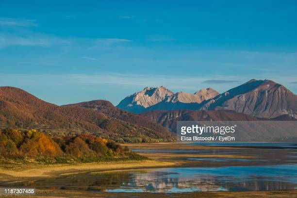 scenic view of lake and mountains against sky - アブルッツォ州 ストックフォトと画像