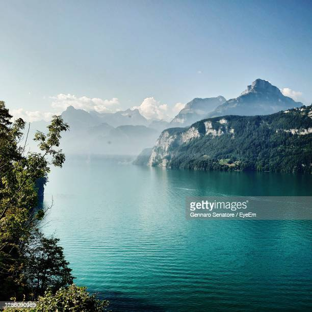 scenic view of lake and mountains against sky - stausee stock-fotos und bilder