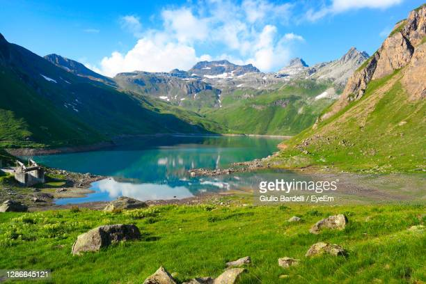 scenic view of lake and mountains against sky - イタリア ピエモンテ州 ストックフォトと画像