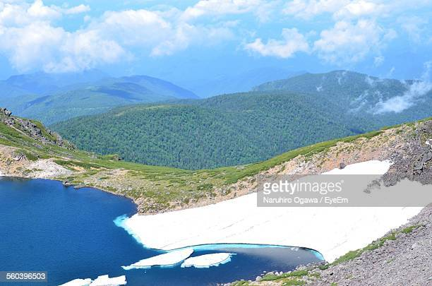scenic view of lake and mountains against sky - takayama city stock pictures, royalty-free photos & images