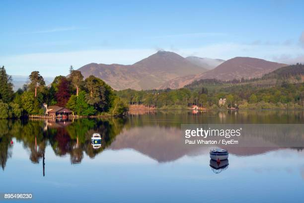 scenic view of lake and mountains against sky - derwent water - fotografias e filmes do acervo