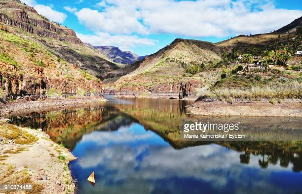 scenic view of lake and mountains against sky - las palmas de gran canaria stock pictures, royalty-free photos & images