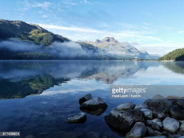 scenic view of lake and mountains against sky - 湧水 ストックフォトと画像